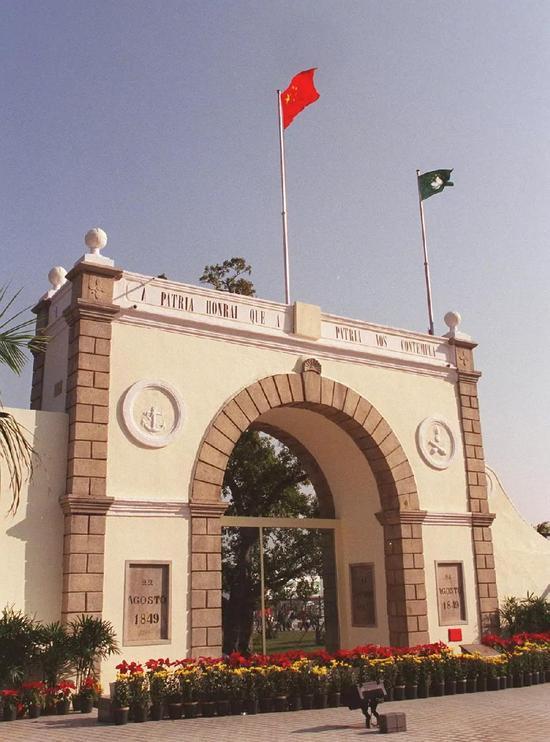 1999年12月20日是澳门回归祖国的第一天。当天凌晨,中华人民共和国国旗和澳门特别行政区区旗在澳门与珠海拱北之间的关闸升起,代替了长期在此悬挂的葡萄牙国旗。新华社记者 张肄文 摄