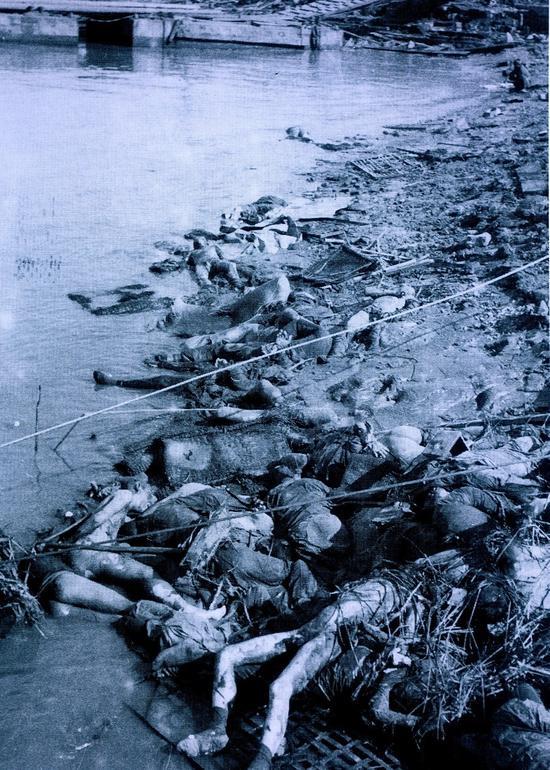 ▲被日军屠杀后,堆在南京江边的中国人尸体。选自《村濑守保写真集》。