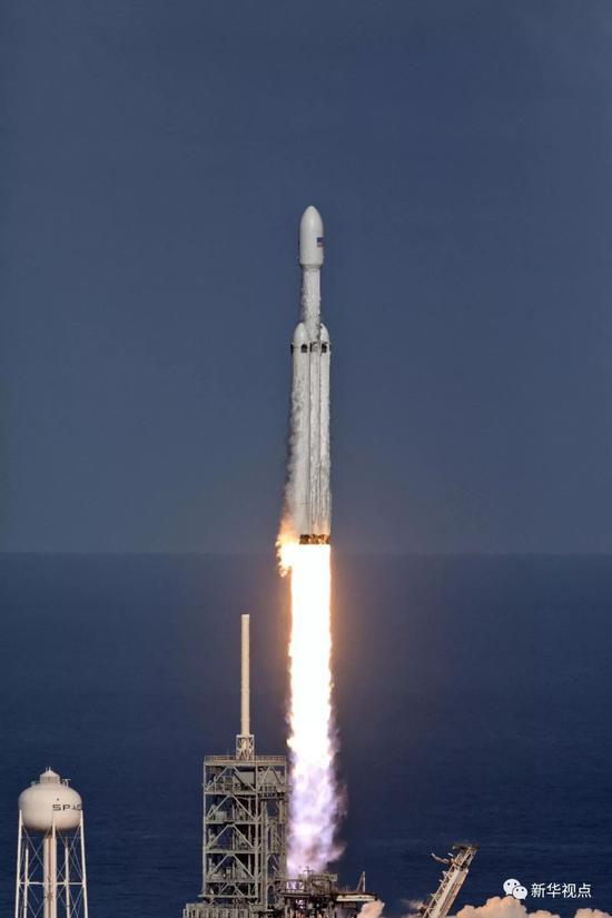 """2月6日,""""猎鹰重型""""运载火箭从美国佛罗里达州肯尼迪航天中心发射升空"""
