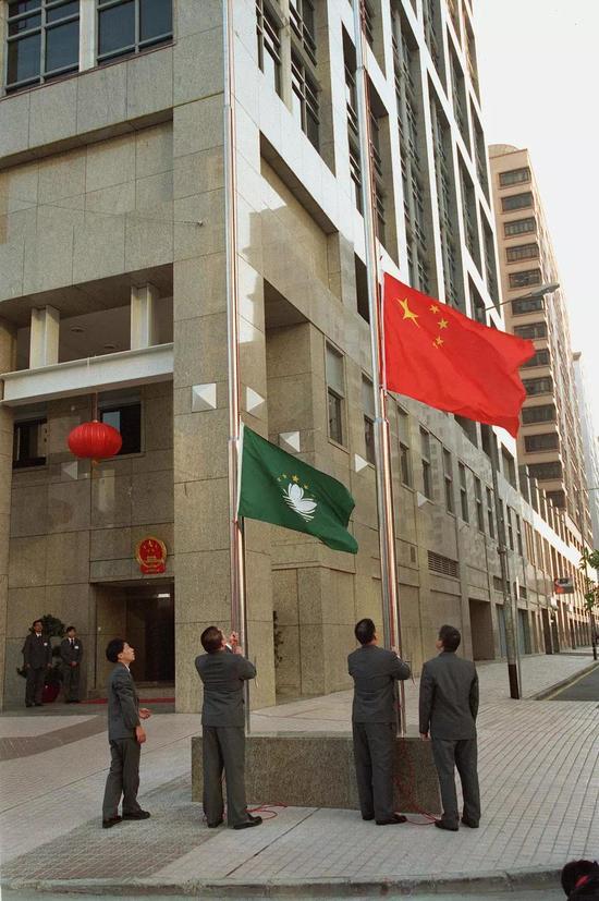 1999年12月20日是澳门回归祖国的第一天。当天早晨,澳门特别行政区第一任行政长官何厚铧临时办公室所在地——大丰银行大楼升起了中华人民共和国国旗和特区区旗。张肄文 摄