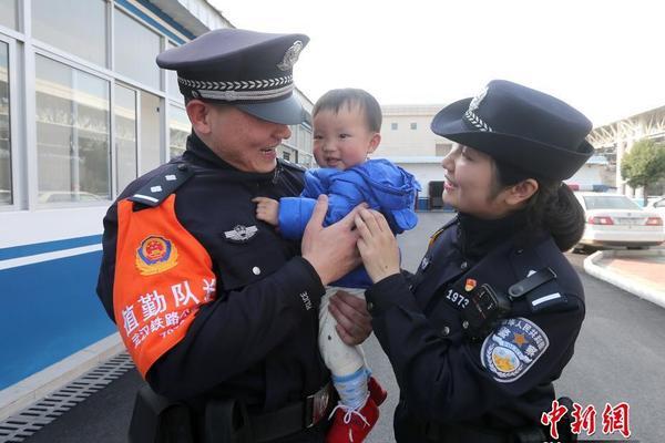 田亮带着儿子低调现身机场,小亮仔双手插兜神似爸爸