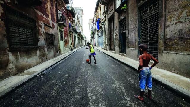 哈瓦那的狭窄街道是少年们释放能量的最佳场所