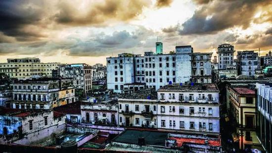 酒店屋顶是欣赏这座城市的完美角落
