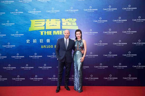 宝齐莱全球形象代言人李冰冰与主演杰森·斯坦森在《巨齿鲨》全球首映礼