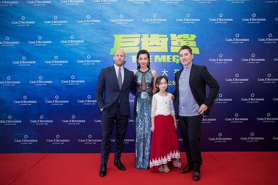 宝齐莱全球形象代言人李冰冰与主演杰森·斯坦森、蔡书雅、赵文瑄在北京水立方出席《巨齿鲨》全球首映礼