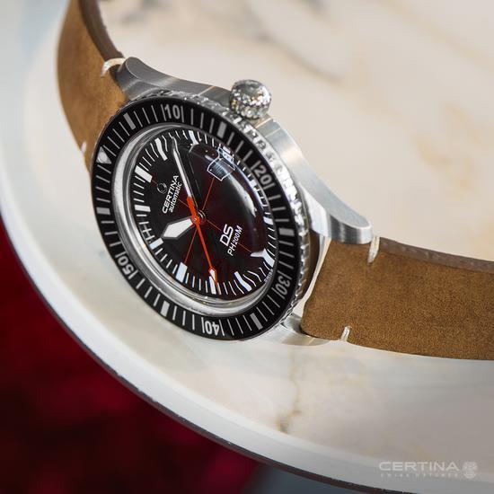 洗铁纳DS PH200M腕表依旧保持了较纤薄的表壳厚度
