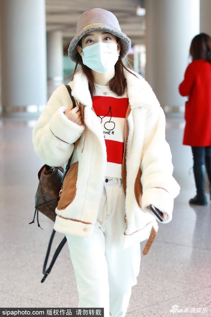 组图:冯提莫羊羔绒外套搭白裤休闲出行 清纯可爱似邻家少女