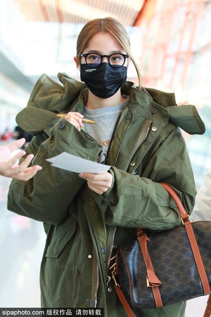 组图:欧阳娜娜裹军绿色棉服现身机场 边走边给粉丝签名超暖心