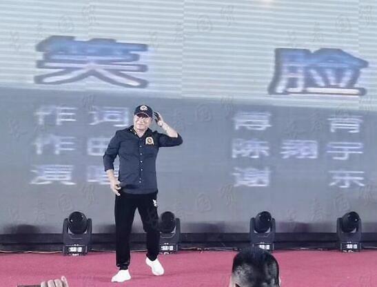 组图:57岁歌手谢东近照曝光 参加商演唱成名作《笑脸》