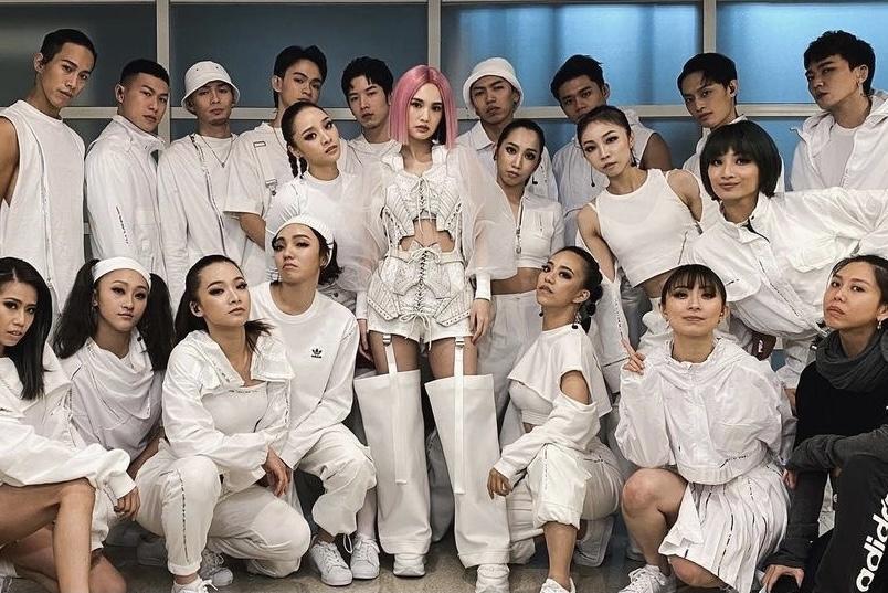 组图:杨丞琳后台与工作人员合照 扮鬼脸调皮可爱亲和力十足