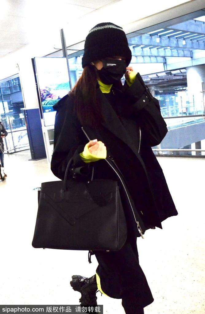 组图:孟佳全黑look搭配现身机场 获粉丝一路跟拍心情好