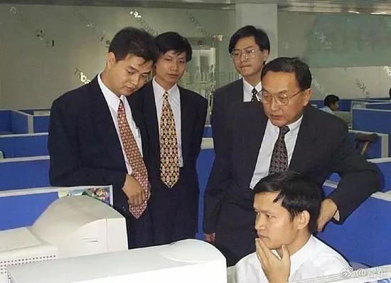 1998年,北京,联想入股金山时的照片。(左起:求伯君、雷军、杨元庆、柳传志、沈家正)