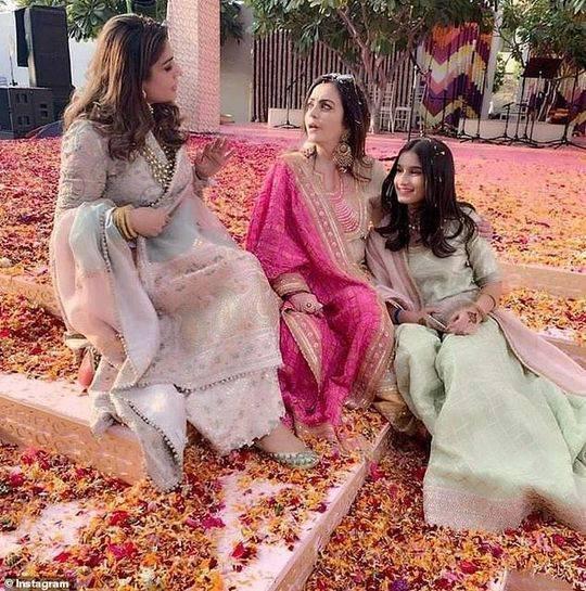 新娘的母亲和她的女儿拉莎。