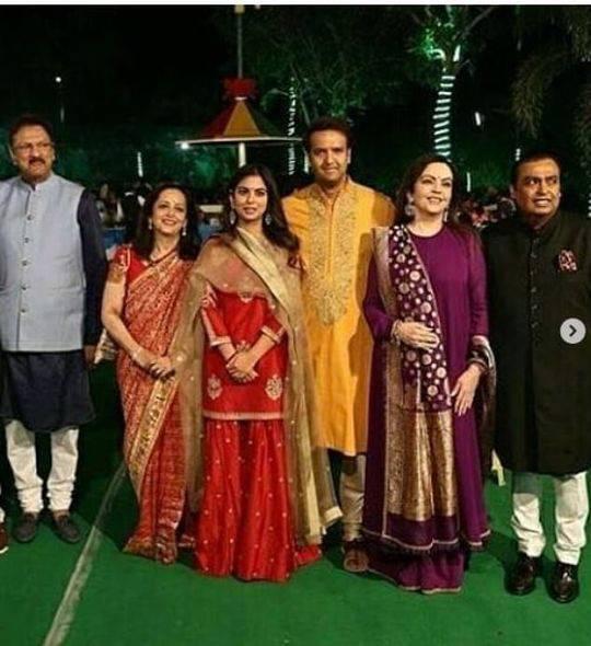 新郎新娘和他们的家人。