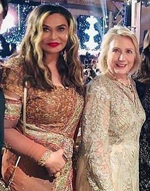 希拉里穿着金色长裙去望碧昂斯的外演。