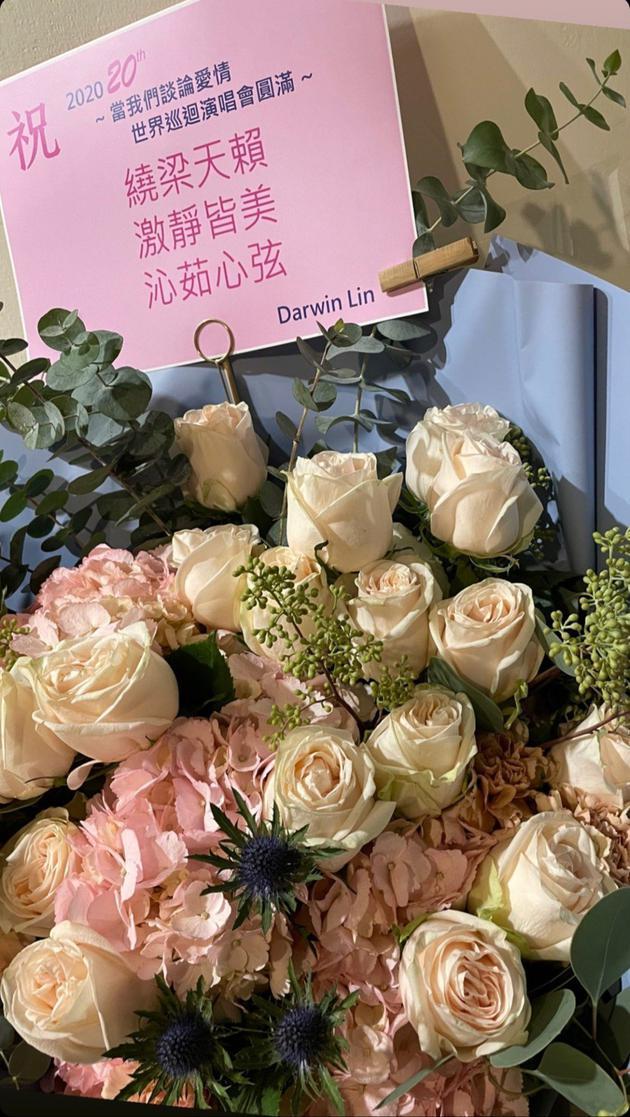 """梁静茹男友林达光署名""""Darwin Lin""""送上花篮"""