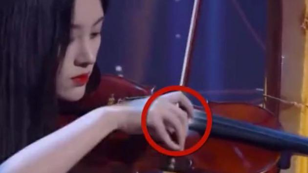 鞠婧祎在节目中表演截图