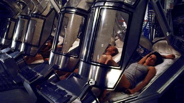 在1986年的电影《异形》中,宇航员通过休眠舱度过漫长的太空旅途