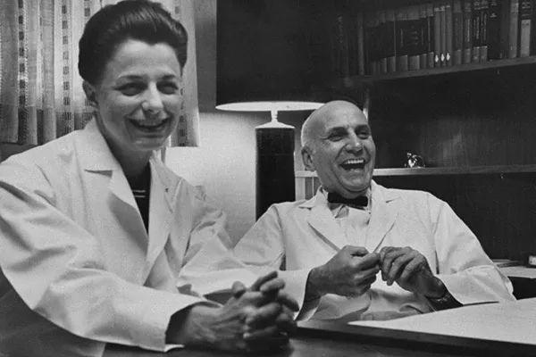 性学研出师不利究先驱马斯特斯(右)和约翰逊(左)。图片来源:Washington University