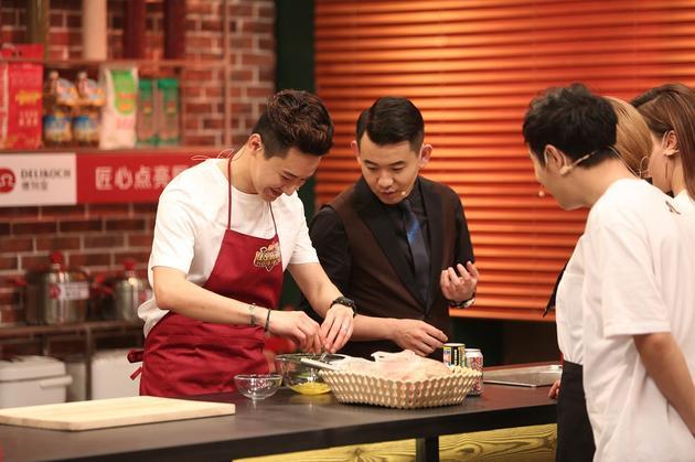 王弢携手刘璇亮相美食节目 自创黑暗料理