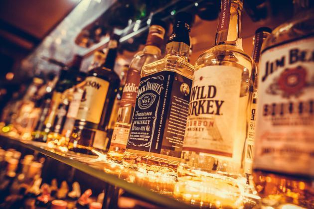 2月28日发表在《酒精与药物研究杂志》的一篇研究报告指出,超过三分之一的酒精死亡都发生在20-49岁人群。