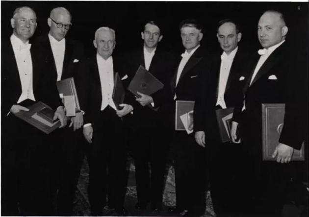 1958年的诺贝尔奖得主,左三为塔姆,右三为切连科夫,右二为弗兰克。(图片来源:dnalc.org)