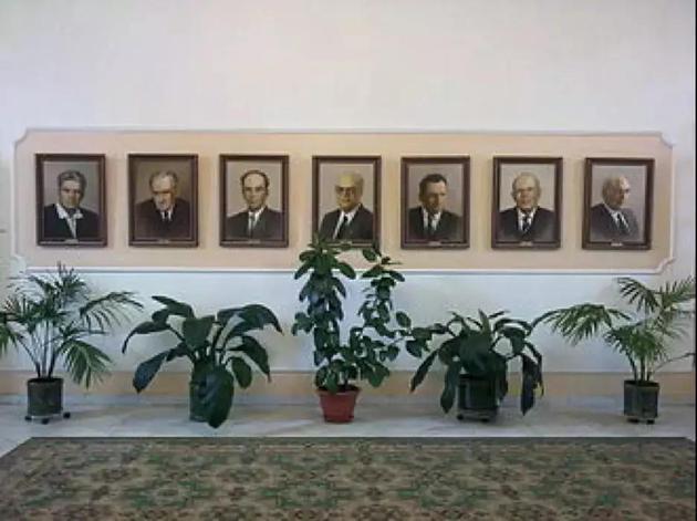 列别捷夫物理钻研所诺贝尔奖得主宣传墙,从左至右挨次为切连科夫、塔姆、弗兰克、巴索夫、普罗霍罗夫、萨哈罗夫、金兹堡(图片来源:维基百科)