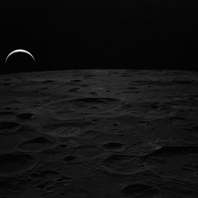 """图为1971年阿波罗14号义务宇航员在月球上拍摄的""""地出""""照片。"""