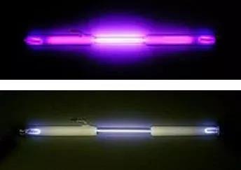 氮辉光(上)和氧辉光(下)(图片来源:维基百科)