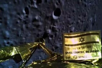 着陆时Beresheet拍的月球及自身照片。