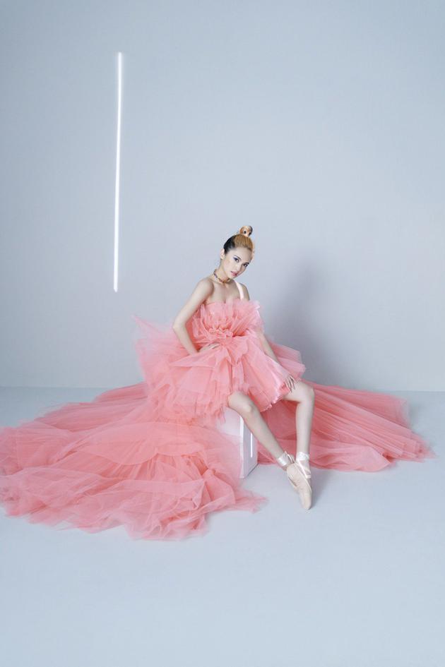 杨丞琳专辑内页纱裙造型曝光 自曝奇招练就一字马