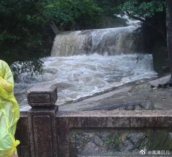 #黄山爬到一半想回家进退两难#2012年8月8日在黄山遇到12级台风海葵——上不能上,下不能下的恐怖还历历在目…… 