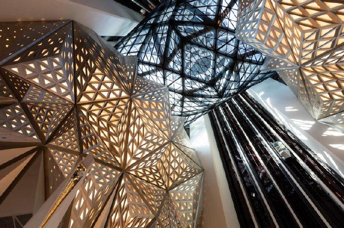 """#十一澳门自由行# 摩珀斯Morpheus,与希腊神话""""梦之神""""同名,是一所属于澳门凼仔新濠天地第三期的酒店,由已故建筑师Zaha Hadid设计。全球第一座采用自由形态外骨骼结构的摩天大厦,建筑中央镂空部分突显了结构复杂性与独特的设计美学,光是建筑结构所运用的钢材,就足以建造四座巴黎铁塔。如果来到 """