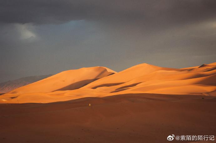 """#网红景点# 敦煌最有名应该就是鸣沙山和月牙泉了,鸣沙山已经形成3000多年,而鸣沙的记载也由来已久。东汉《辛氏三秦记》:""""河西有沙角山,峰愕危峻,逾于石山,其沙粒粗色黄,有如干躇。""""这里沙角山即为敦煌鸣沙山。        沙子是否会响,紫陌是没有听到,不过鸣沙山的沙子确实非常非常细,无孔 """