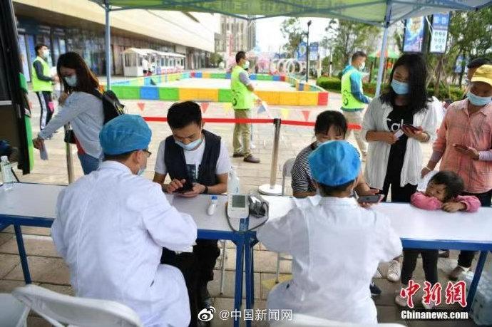 """【#中国新冠疫苗接种将达10亿剂次# 外媒关注""""中国速度""""】当地时间15日,英国《卫报》发文称,为了实现接种目标,中国加强了新冠疫苗生产和分发网络。得益于此,中国疫苗接种有望在本周末达10亿剂次。文章援引6月15日中国国家卫健委发布的数据显示,#我国新冠疫苗接种剂次超9亿#,覆盖超过6亿人,疫苗 """