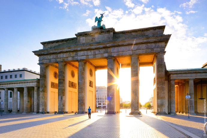 #下一站旅行# #云游德国#  用红色点亮建筑,呼吁严肃对待新冠疫情。三月中旬,新冠疫情在德国爆发,会展、商业活动、音乐会、节庆、文艺表演及整个旅业受到冲击,遭遇寒冬。在德国爆发新冠疫情的第100天,德国各地从事活动行业的6693家公司和场所,将在德国时间6月22日至23日晚,用醒目的红色灯光点亮 