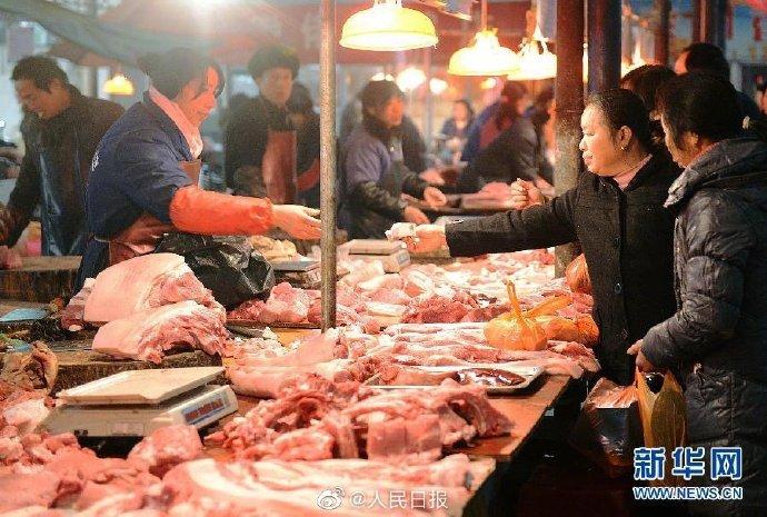 【#猪肉价格连续14周下跌#:#全国猪肉零售均价每公斤下降13元#】农业农村部最新数据显示,近3个月全国生猪存栏环比增长,生猪和猪肉价格连续14周下跌,30个监测省份猪肉价格均下降。全国猪肉批发均价已从2月中旬每公斤50元的阶段高点降至每公斤38元;全国猪肉零售均价比最高点下降近四分之一,每公斤降 