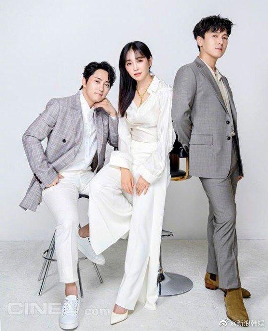 韩国电影《歌者》三名主演#李宥利[超话]# 、#金烔完[超话]# 、#李凤根# 近日携手为某电影杂志最新一期拍摄了一组写真。[围观][围观] 