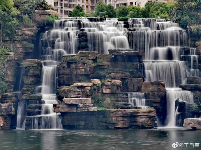 #最美的中国#一大早,就驱车赶到昆明湖瀑布公园,才发现9点才开门。吃了早点进去,架起三脚架,用单反慢慢拍。这些则是手机的效果。#在路上# http://t.cn/RGlcN1T 