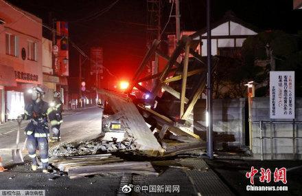 【#福岛地震首名遇难者#为一名独居男性,10天后被发现】2月25日,日本福岛市称当地发现了一具男性遗体,经确认,死者系在2月13日发生的7.3级地震中遇难。消息称,死者为50多岁男性,长年独居。地震发生后,其家人因无法与他取得联系,在2月23日去男子家中确认情况时,发现他已被埋在家具下方,后被确认 