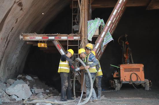 大竹县境内正式进洞开挖 成达万高铁华蓥山隧道全面开工