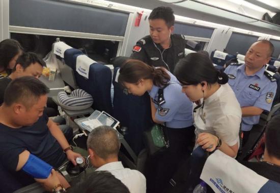 梁寧在列車上接受緊急治療。受訪者供圖