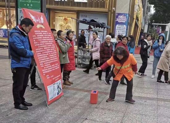 云溪小學的老師和同學在鹽亭街頭為任天宇募捐。
