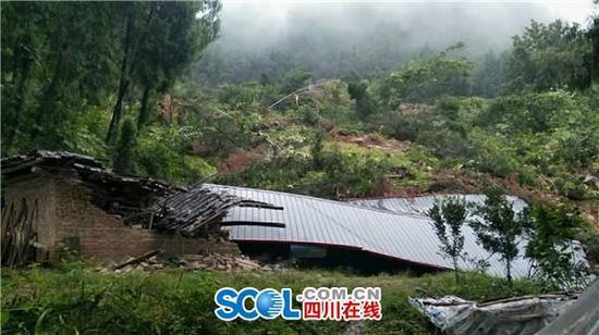 巴中一山体滑坡致3户农房被埋 无人员伤亡