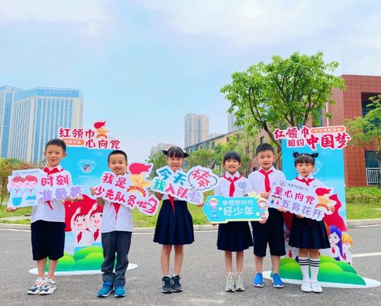 天鹅湖小学209名学生光荣加入中国少年先锋队