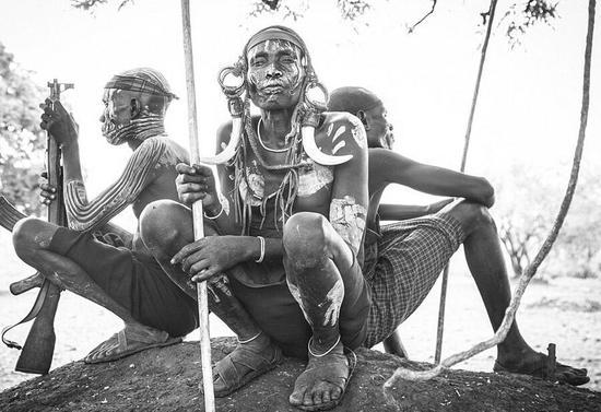 人体艺术女性露阴_最极限人体艺术:非洲部落女性敲掉下牙戴唇盘