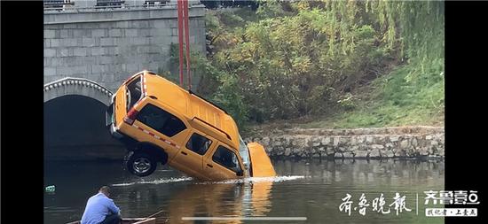 泰安綠地公館西側 一黃色車輛沖入河道 三人已救出
