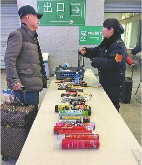 火车站?#24067;?#22788;收缴的违禁品 记者张晓园 摄