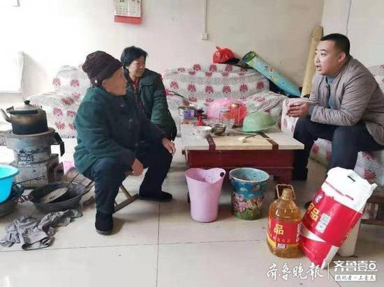 送温暖  德科青岛校区走访农村贫困生家庭