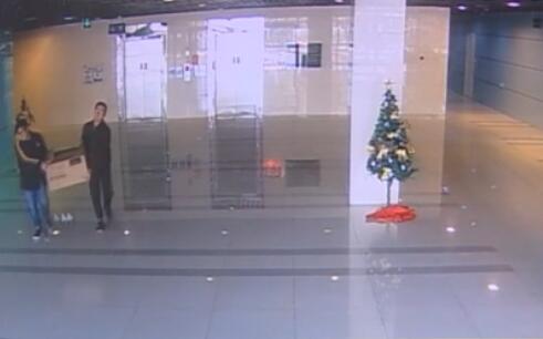 视频:两男子冒充便利公司员工 搬空无人售货柜